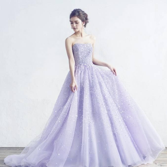 くびれを生み出すパープルのウェディングドレス